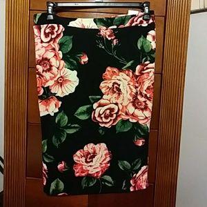 💗Beautiful Black floral skirt!!